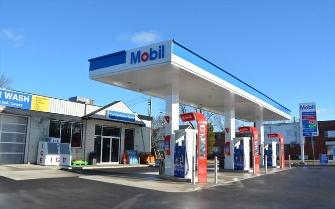 پمپ بنزین موبیل در کانادا